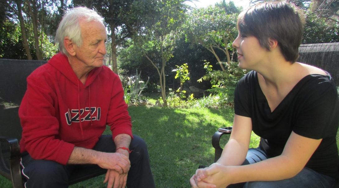Sudafricano es entrevistado por pasante de periodismo.